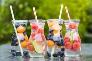 Aus schlichtem Wasser werden köstliche Durstlöscher Wie man Wasser mit Früchten und Kräutern aufpeppt